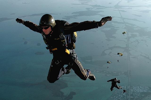 skydiving-665020_640